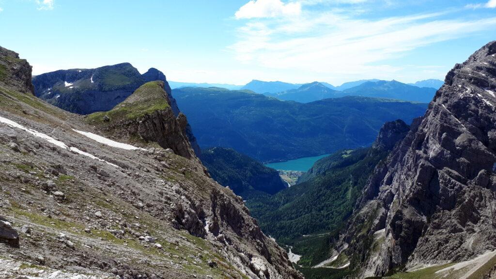 Torniamo quindi al bivio col sentiero che si inoltra verso la Val Perse. Sullo sfondo il lago di Molveno
