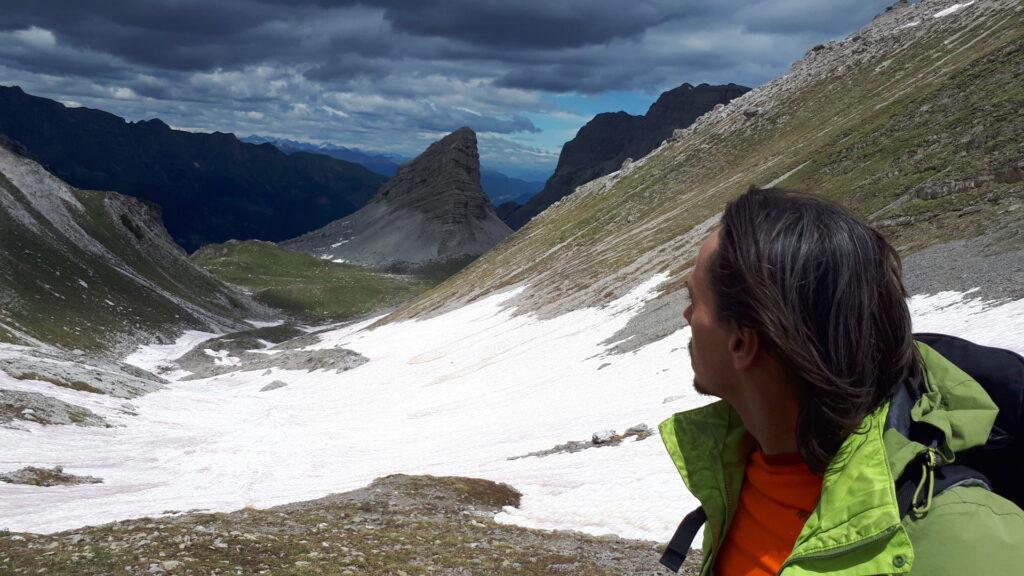 Scendiamo verso il monte Turrion Basso e nel frattempo il cielo si fa nerissimo. Il mio sguardo è vagamente preoccupato