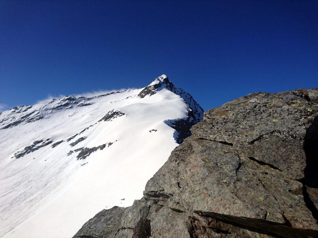 Ci mancherebbero gli ultimi 300 mt di cresta per la cima, ma siamo cotti e decidiamo di accontentarci del canale