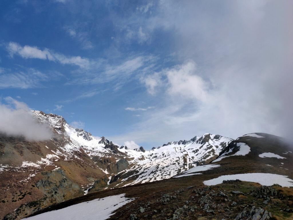 vista dell'alta val Scermendone con l'ultima neve di stagione