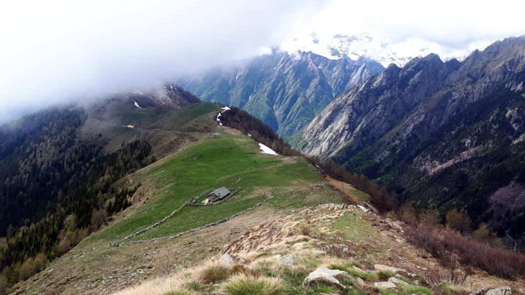 Torniamo sui nostri passi. L'Alpe Scermendone vista dall'alto