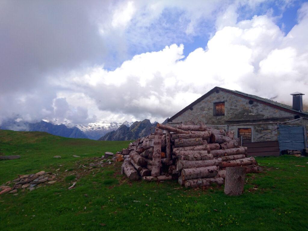 la Casera del Scermendone e la pila di legna appena tagliata