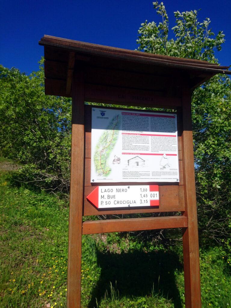 Dal parcheggio al Passo dello Zivallo si segue il segnavia numero 001 direzione Lago Nero
