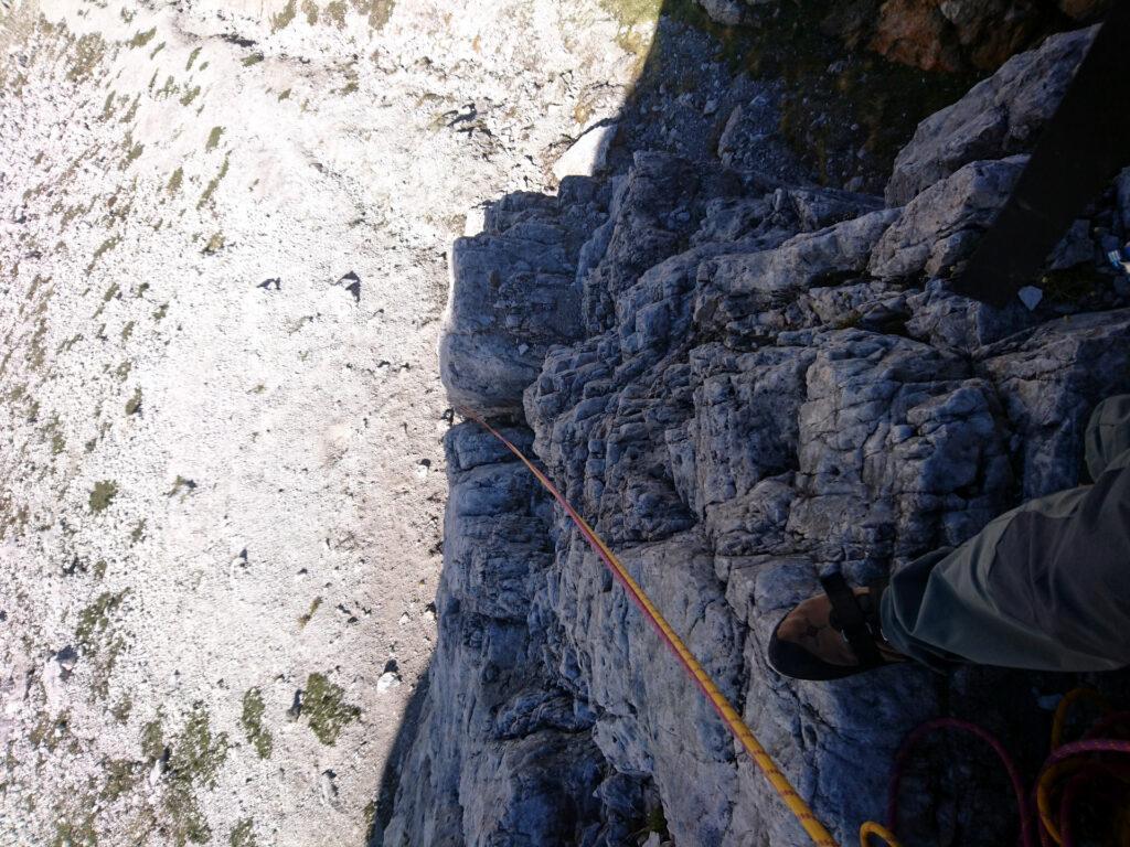 Vista dall'alto al termine del primo tiro. Abbastanza facile ma non banale con la roccia fredda