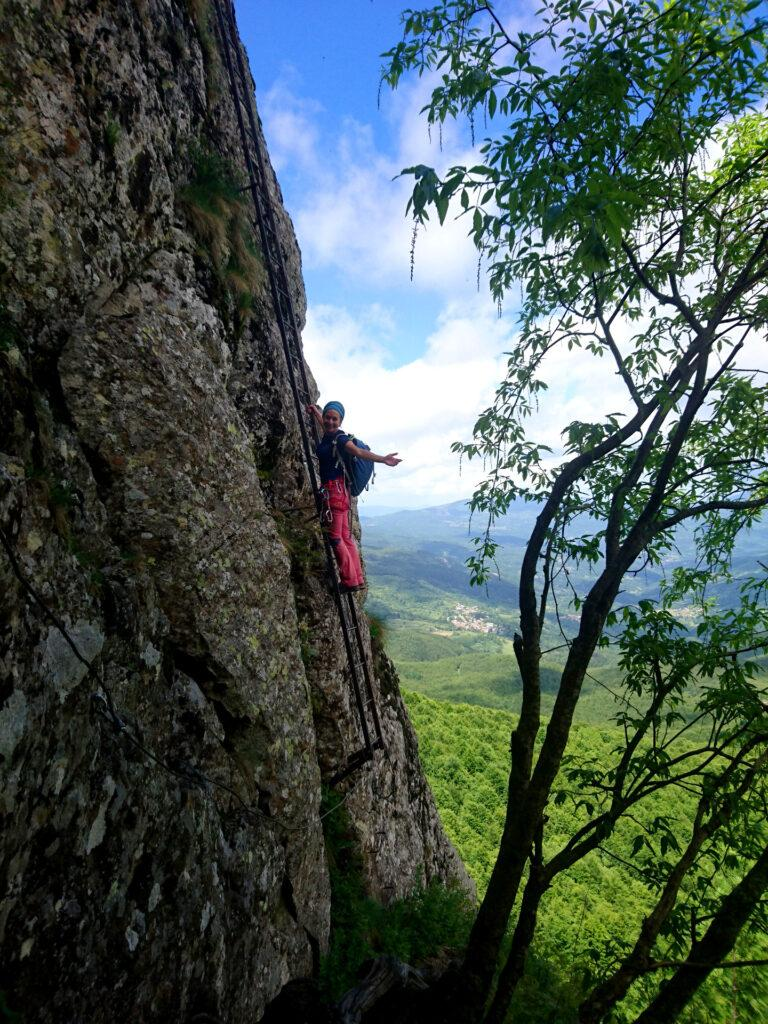 Erica sulla scala più lunga della Ferrata Mazzocchi