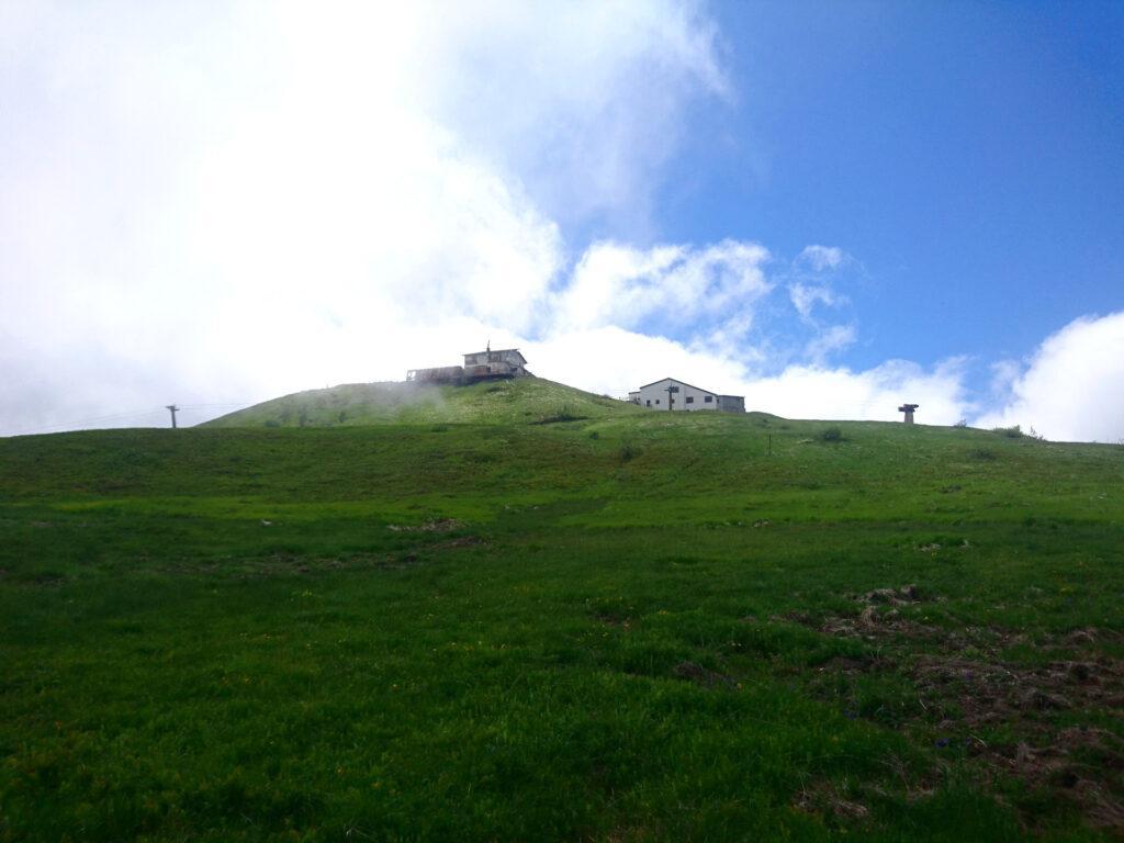 Al termine della ferrata si sbuca a pochi passi dalla cima del Monte Bue su cui si notano dei vecchi impianti da sci