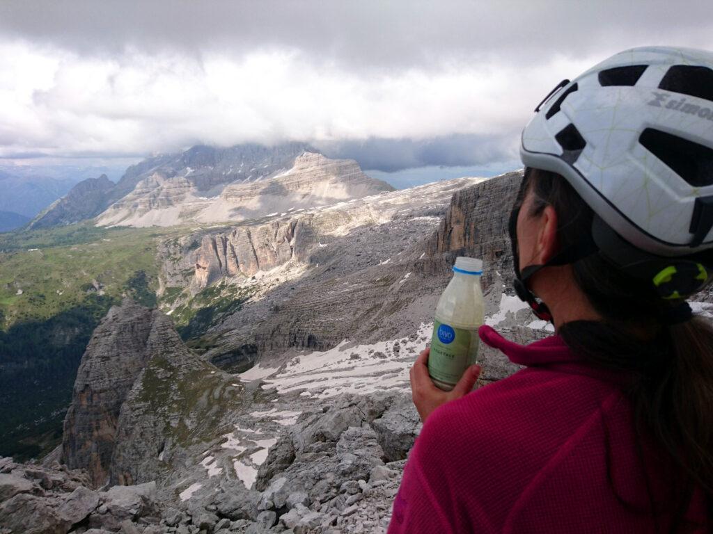 Cima! Erica si gusta il suo Bivo guardando la Pietra Grande coperta da enormi nuvoloni