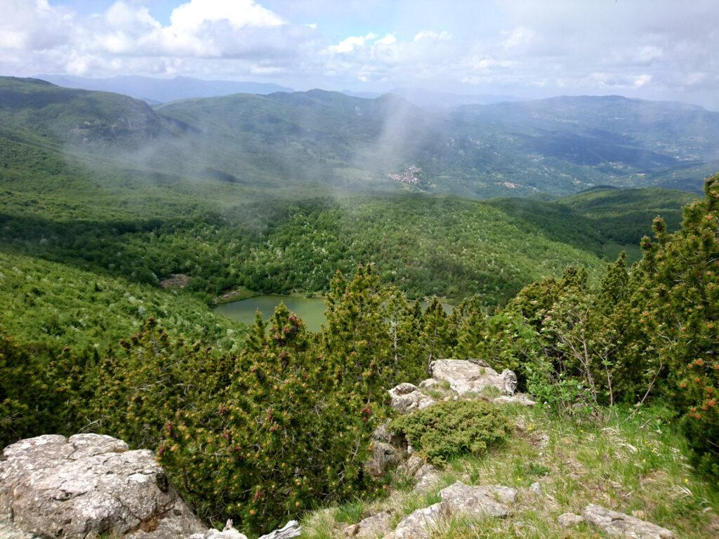 Lungo la cresta del Monte Nero si inizia ad intravedere il Lago Nero da cui siamo passati la mattina