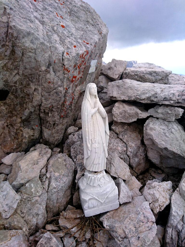 La Madonnina di vetta del Castelletto Inferiore sotto alla quale si trova la cassettina con il libro di vetta