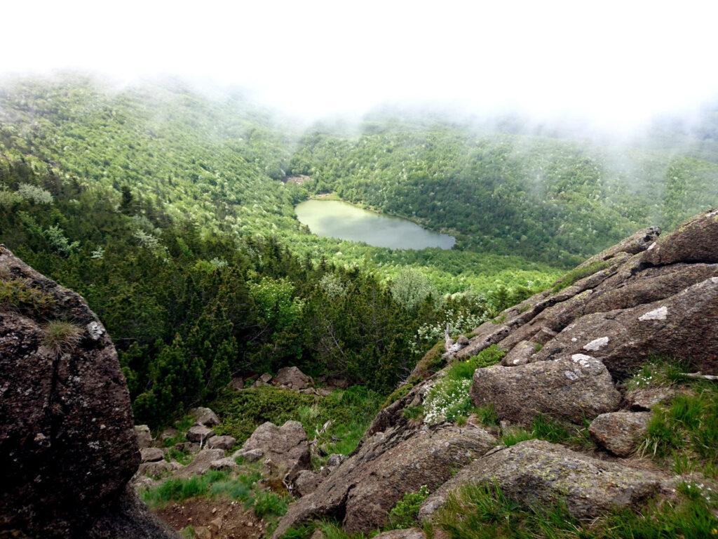 il Lago Nero e la coltre di nubi che si sta addensando lungo le vette