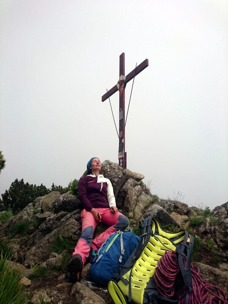 Erica riposa qualche minuto prima della discesa dal Monte Nero