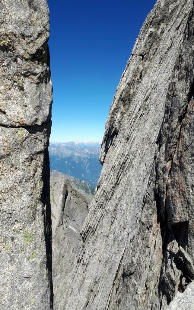 Da questa forcella partono le calate da 60 metri attrezzate dal soccorso alpino, che però ci sono state sconsigliate da tutti
