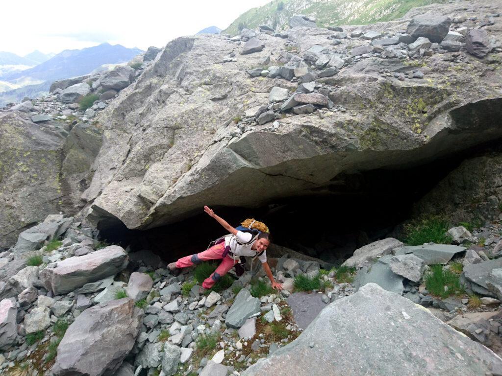 Erica gioca a fare plank laterali sotto gli enormi sfasciumi del vallone di Sardegnana