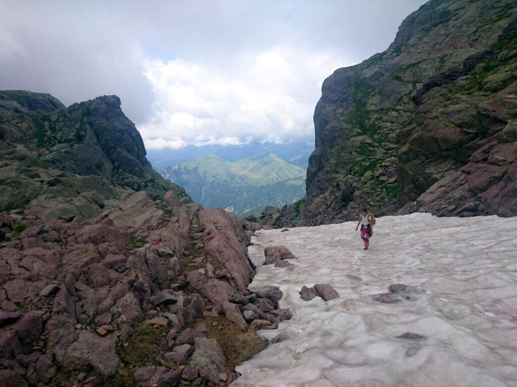 Gli ultimi metri prima del passo di Sardegnana sono su neve, per fortuna ancora portante