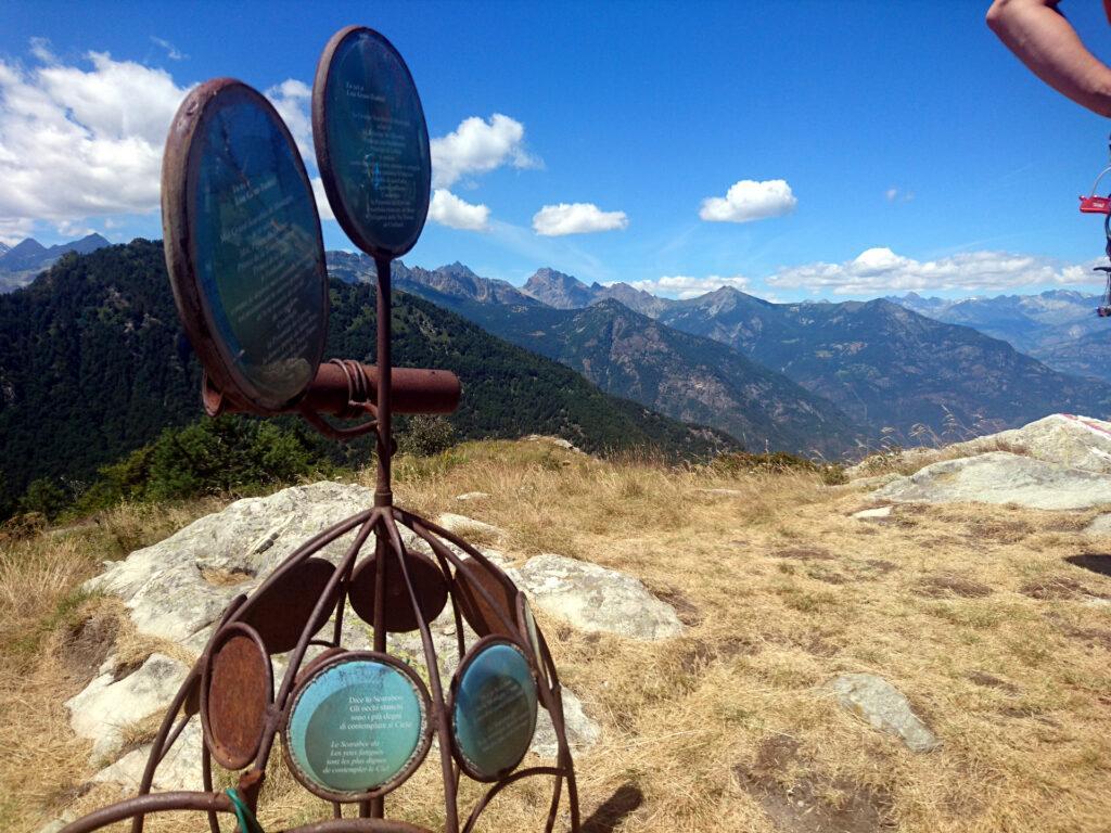La strana scultura di vetta. Se ne trovano svariate su questa montagna