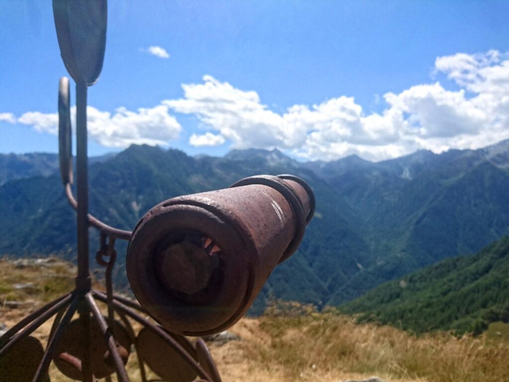 Lo strano caleidoscopio montato sulla scultura di vetta