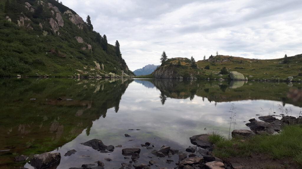 mattino presto al Lago delle Trote: l'acqua è immobile