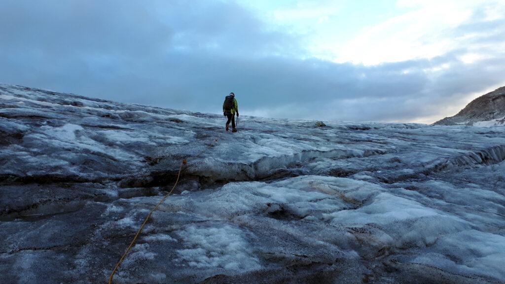 il ghiacciaio è prevalentemente grigio