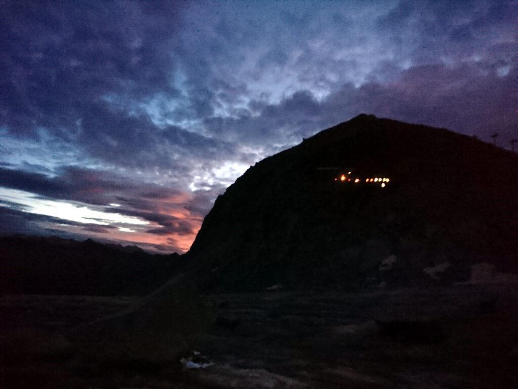 l'alba: i puntini luminosi sono le finestrelle del rifugio Lobbia Alta