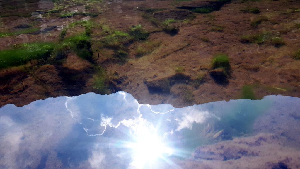 riflesso incredibile nell'acqua perfettamente ferma del lago