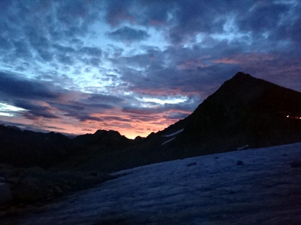 l'alba, e la voglia di fermarsi per vederla schiarire il cielo