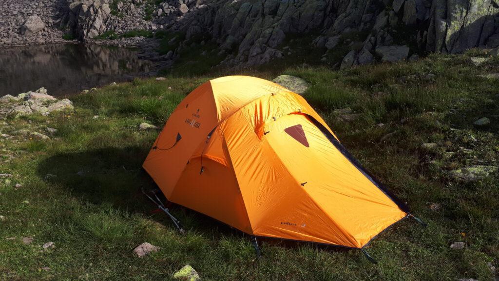 la nostra ottima tenda: è lei la vera highlander del cammino, leggera, veloce da montare, comoda. Una garanzia