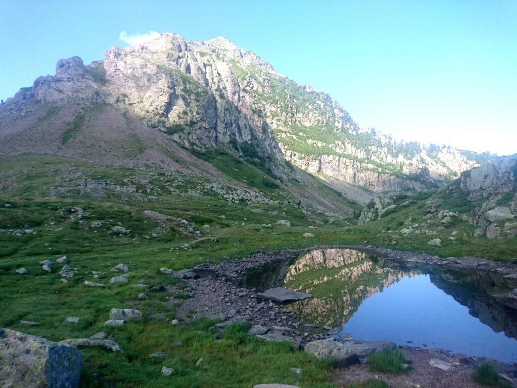 laghetto montano: poco più di una pozza d'acqua, ma impareremo presto che qui può essere la sussistenza, in termini di risorsa d'acqua