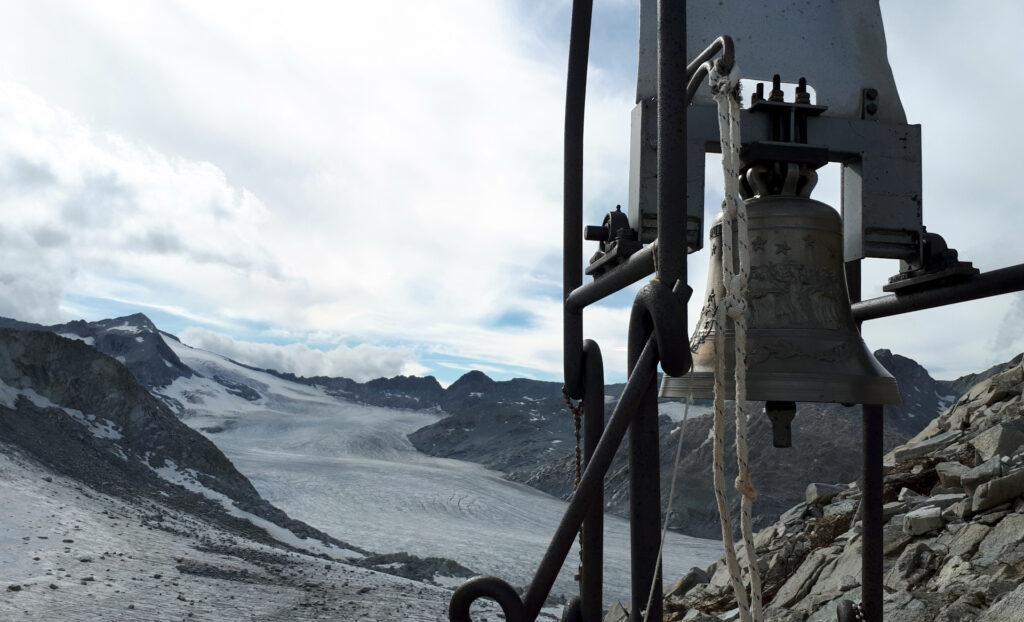 la campana dell'Altare di Giovanni Paolo II presso i Caduti dell'Adamello
