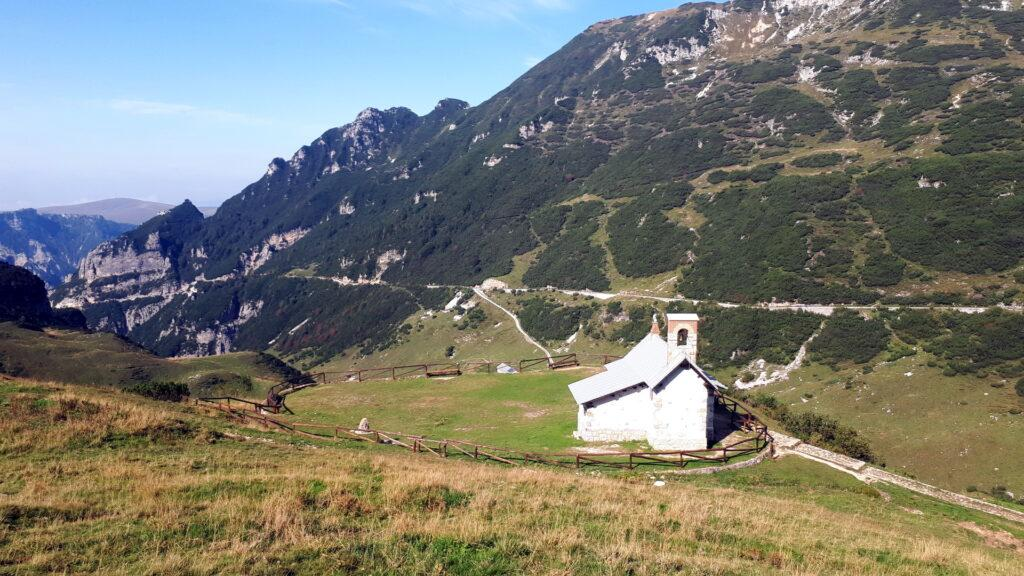 La bella chiesetta accanto al Rifugio Scalorbi