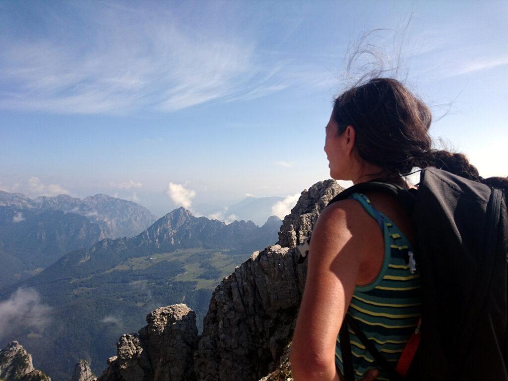 Erica osserva dalla cresta la Torre Bovental che abbiamo scalato il giorno precedente