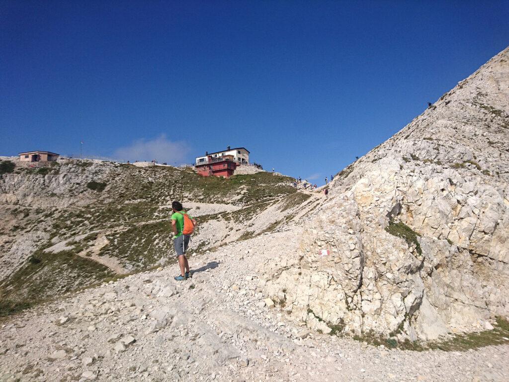 Girando dietro alla cresta sud della cima Carega si vede di fronte il rifugio Fraccaroli