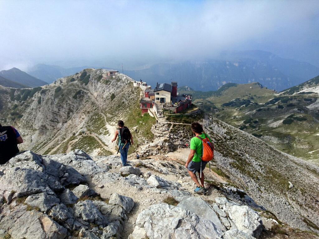 Dopo essere saliti sulla cima Carega scendiamo al Fraccaroli per il pranzo