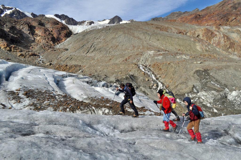 il gruppo si porta nella parte più alta del ghiacciaio, maggiormente pianeggiante e più adatta alle misurazioni
