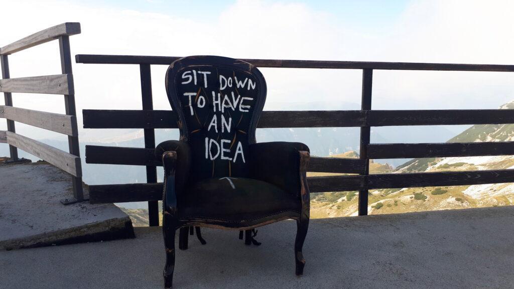 Al rifugio troveremo questa curiosa sedia. Scopriremo poi essere un'opera itinerante di Andrea Bianconi, artista internazionale che espone in tutto il mondo
