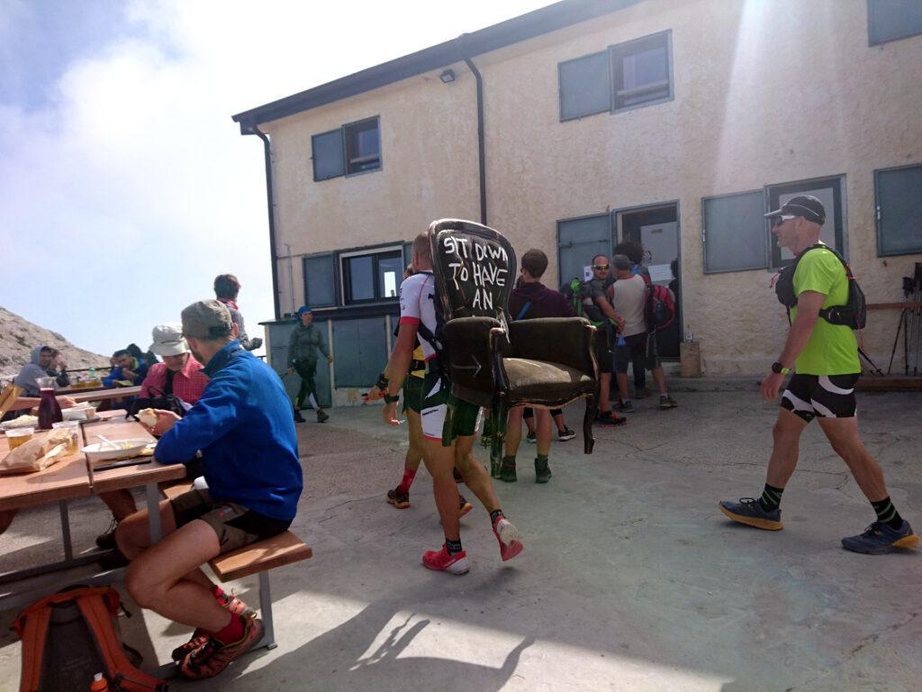 Dopo la pausa pappa al rifugio, la sedia di Andrea Bianconi viene trasportata fino alla cima Carega. Chissà se c'è una correlazione tra la cadrega e cima Carega! ;)