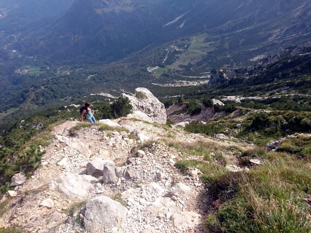 Anche se dalla foto non sembra, questo sentiero è molto scosceso e scende a valle per direttissima