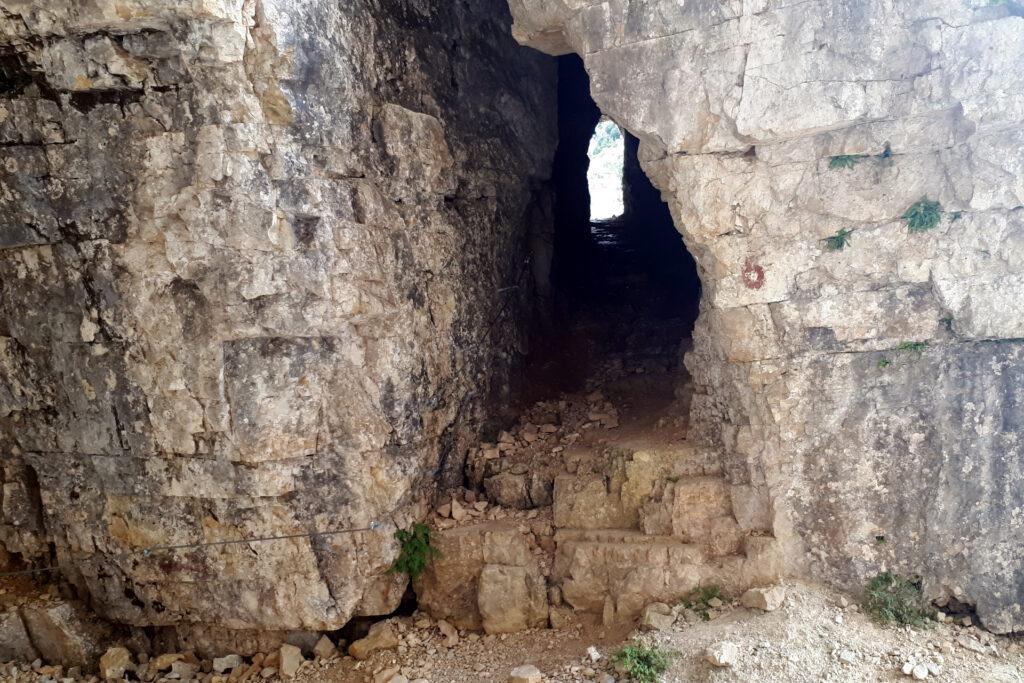 si attraversano numerose gallerie, scavate nella roccia