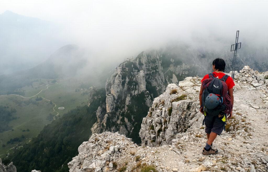 dopo qualche roccetta di I-II grado siamo in cima al Baffelan... e ovviamente non c'è visibilità :(