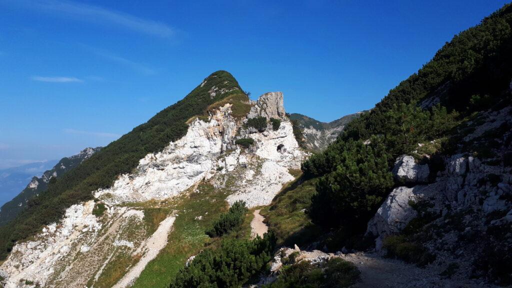 Di fronte il passo Plische dove è già evidente la grotta scavata nella roccia