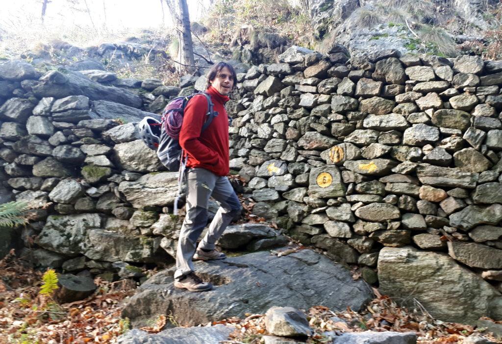 praticamente si può parcheggiare in uno slargo qui davanti o pochi metri sotto, per poi seguire la scaletta in pietra