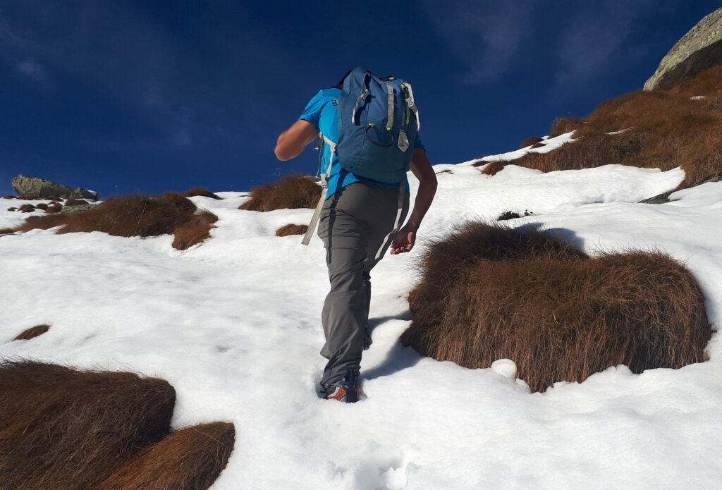 dalla casera procediamo a muzzo, inventandoci il sentiero perchè la neve ha coperto ometti e segnavia: non sarà per nulla agevole