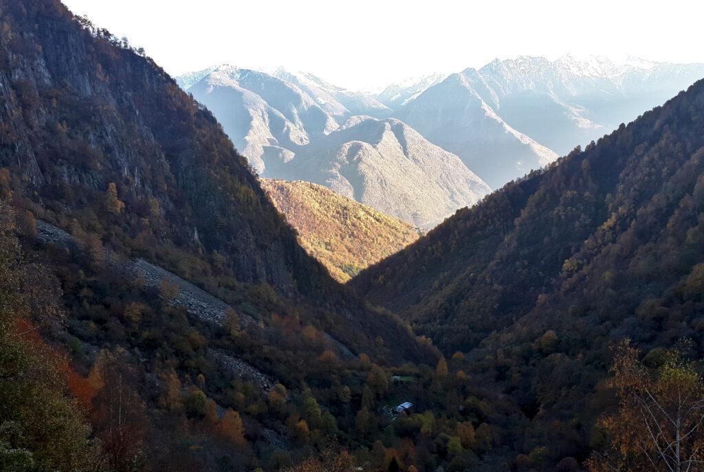 qui le prime ombre si sono già allungate, coprendo la valle: poco più in là è ancora giorno