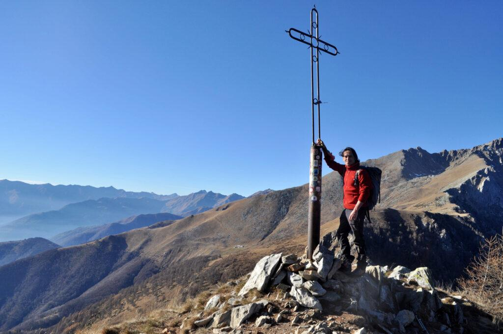 la croce dell'anticima (notare che non c'è una nuvola in cielo!)
