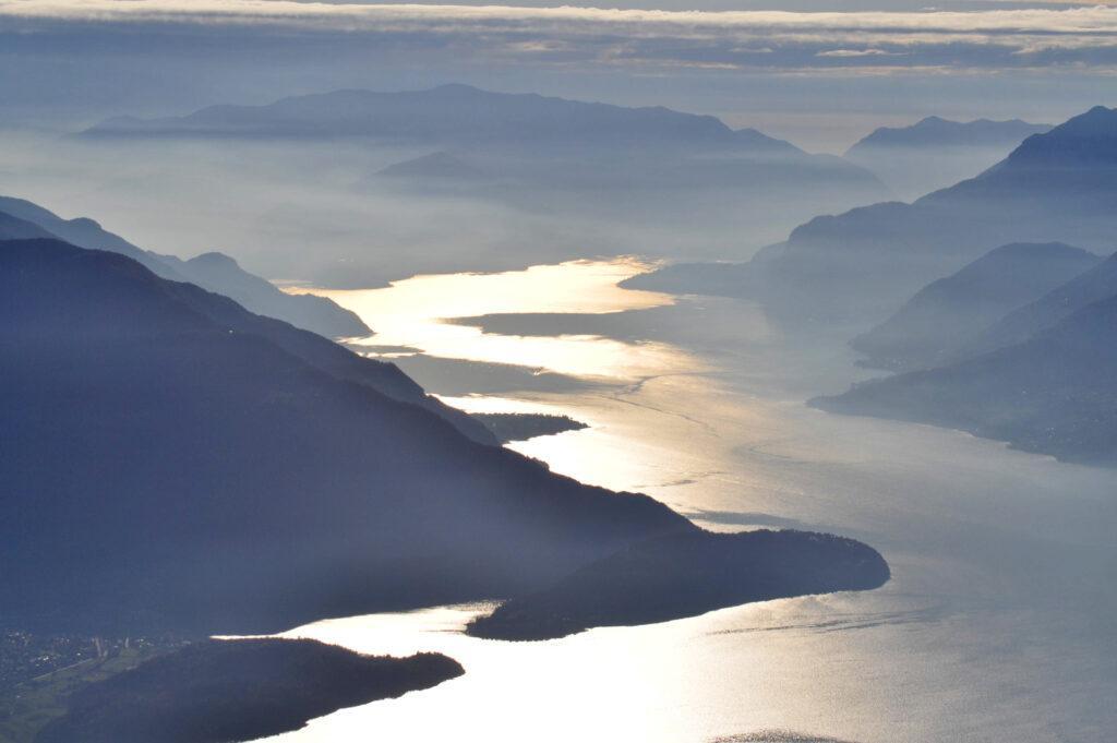 il Lago di Como: baciato dal sole si trasforma in una colata d'oro puro