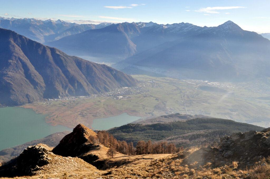 la discesa offre begli scorci della Valtellina e del Legnone, già un po' imbiancato