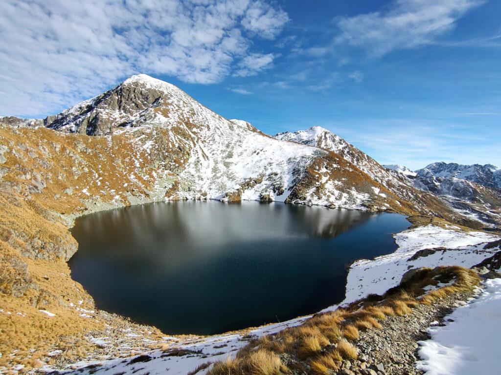 Costeggiando il Lago Moro in cui si riflette il Corno Stella
