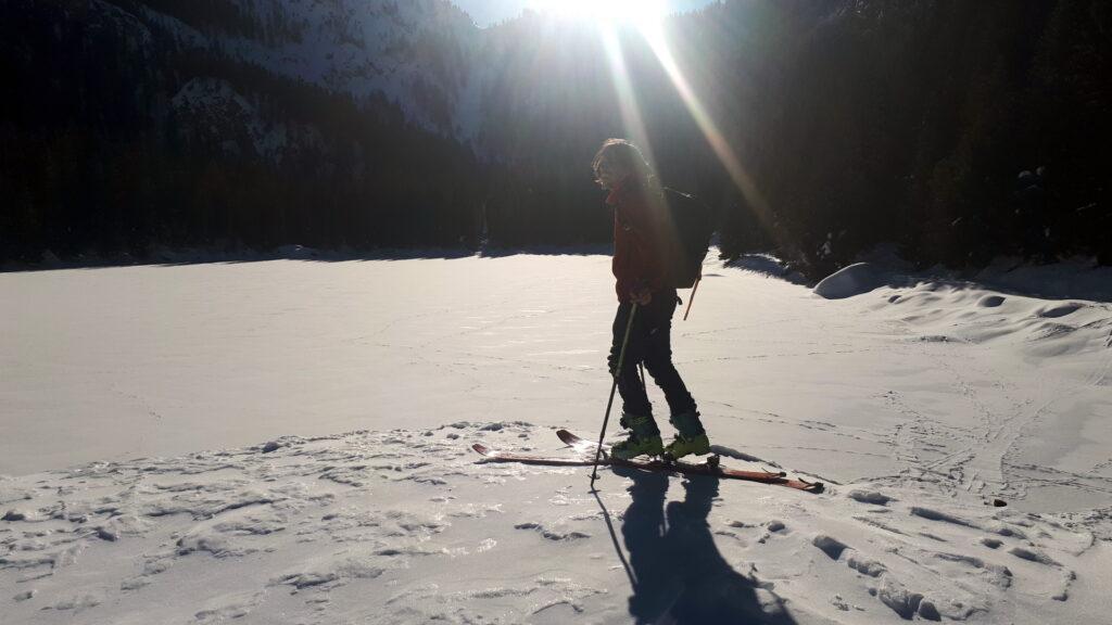 Il lago è talmente ghiacciato che ci si può pellare sopra