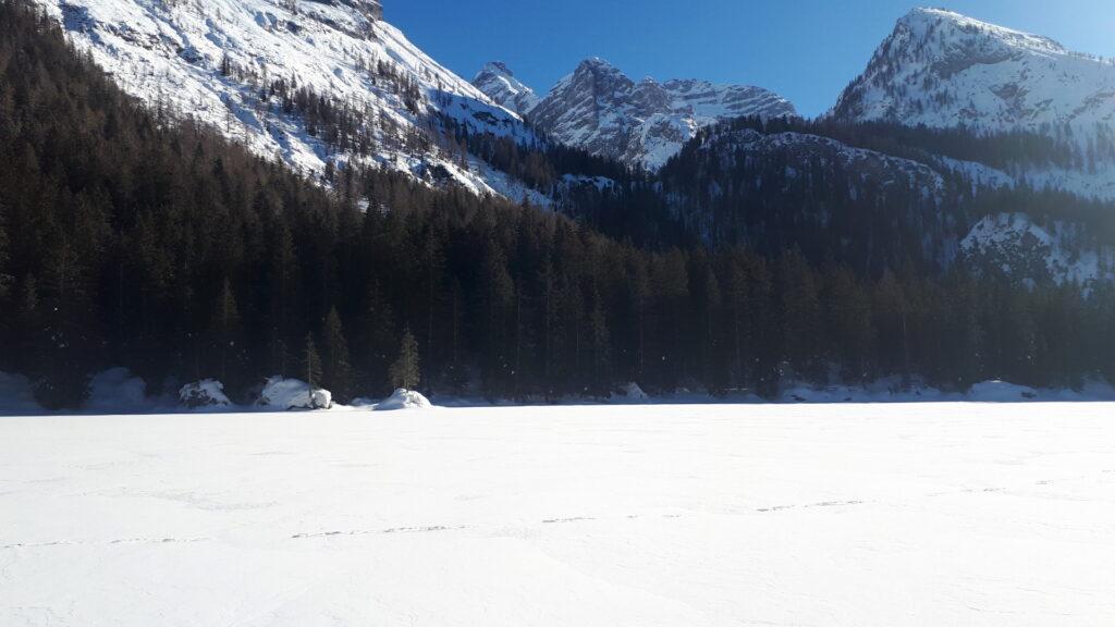 Il lago di Valagola completamente ghiacciato e ricoperto di neve