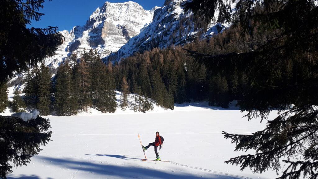 La consueta posa plastica dello sciatore
