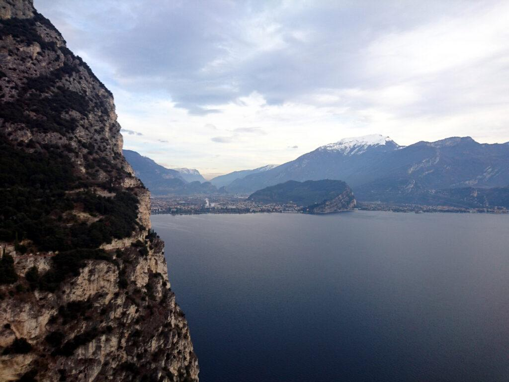 La bella vista verso Riva e Torbole scendendo verso l'attacco della via